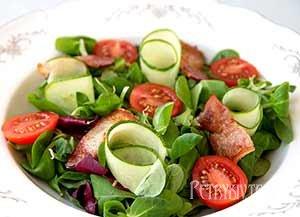 Зелений салат з беконом