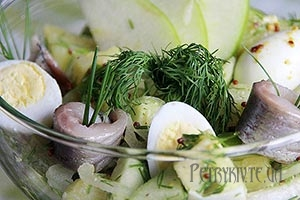 Салат з молодої картоплі і яблуками